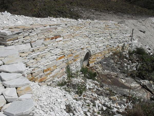 Muro em pedrões para contenção de estrada